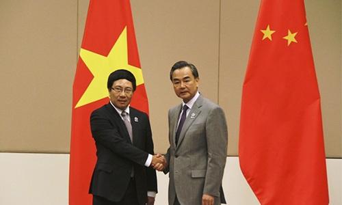 Phó Thủ tướng, Bộ trưởng Ngoại giao Phạm Bình Minh (trái) gặp Ngoại trưởng Trung Quốc Vương Nghị bên lề Hội nghị Bộ trưởng Ngoại giao ASEAN lần thứ 47 diễn ra tại Myanmar năm 2014. (Ảnh: Việt Hải/TTXVN)