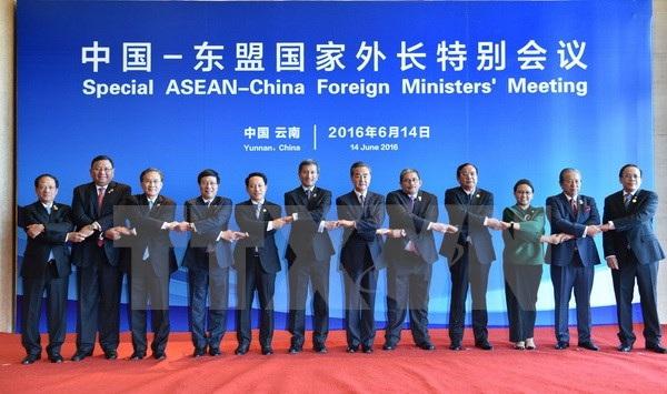 Phó Thủ tướng, Bộ trưởng Ngoại giao Phạm Bình Minh chụp ảnh chung với Trưởng đoàn các nước và Tổng Thư ký ASEAN Lê Lương Minh. (Ảnh: Hải Yến/TTXVN)