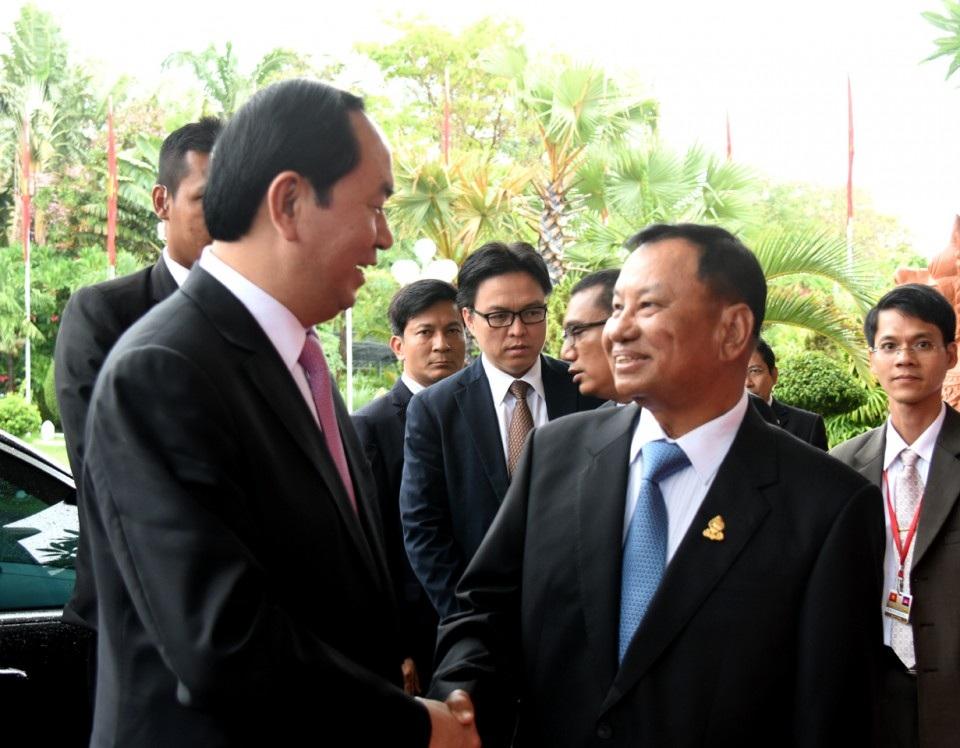 Chủ tịch Thượng viện Campuchia Xăm-đéc Xay Chum chào đón Chủ tịch nước Trần Đại Quang (Ảnh: Thế giới & Việt Nam)