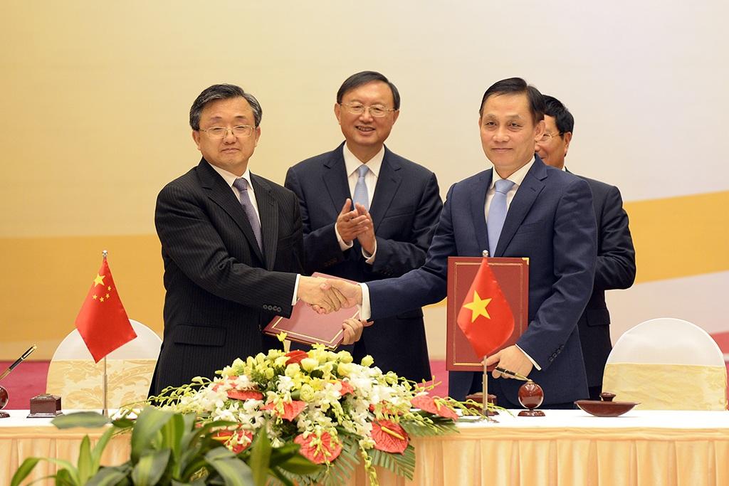 Ông Lê Hoài Trung, Thứ trưởng Bộ Ngoại giao Việt Nam và ông Lưu Chấn Dân, Thứ trưởng Ngoại giao Trung Quốc, ký biên bản Phiên họp ủy ban lần thứ 9 Ban chỉ đạo Ủy ban hợp tác song phương.