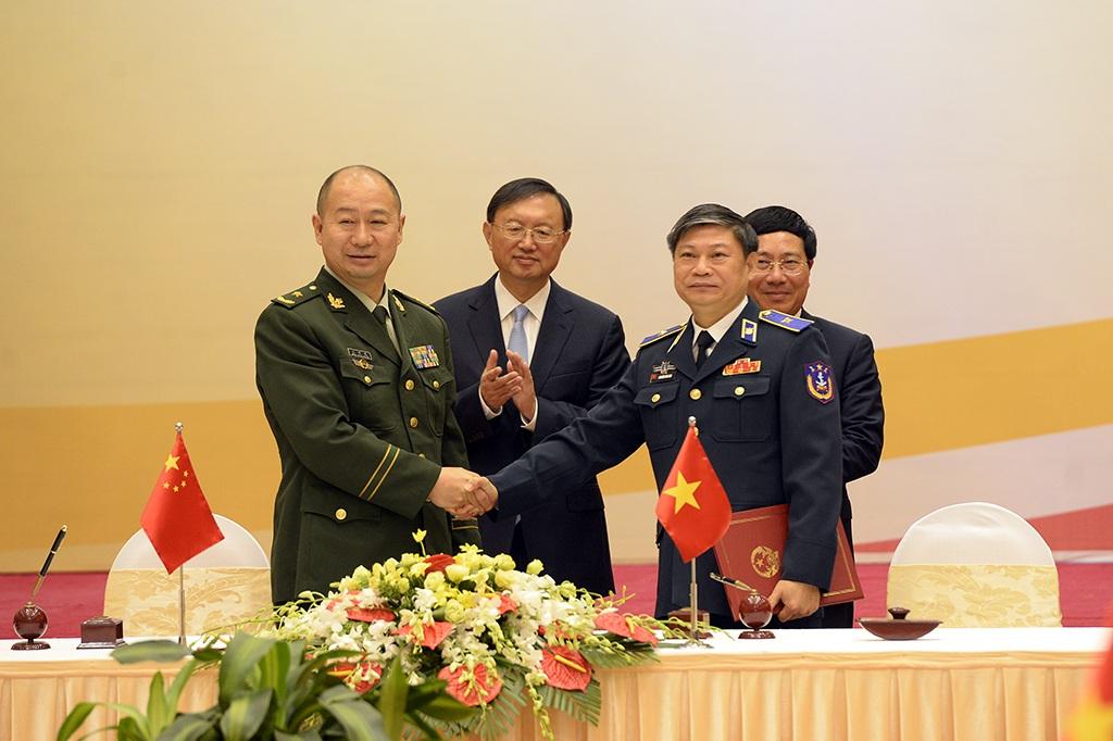 Thiếu tướng Nguyễn Văn Sơn, Phó Tư lệnh Bộ Tư lệnh Cảnh sát biển Việt Nam và Thiếu tướng Vương Hồng Quang, Phó Cục trưởng Cục cảnh sát biển Trung Quốc ký Bản ghi nhớ về hợp tác giữa Bộ tư lệnh Cảnh sát biển Việt Nam và Cục Cảnh sát biển Trung Quốc.