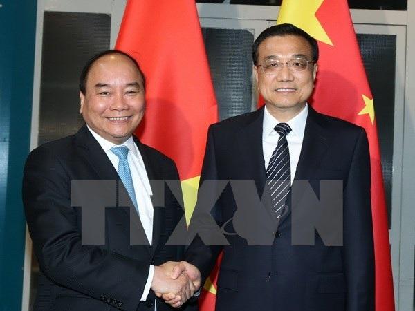 Thủ tướng Nguyễn Xuân Phúc (trái) gặp Thủ tướng Trung Quốc Lý Khắc Cường tại Mông Cổ ngày 14/7