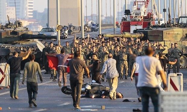 Các binh sĩ tham gia cuộc đảo chính đầu hàng tại Istanbul (Ảnh: Getty)