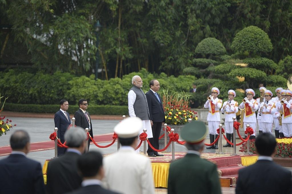 Hai Thủ tướng làm Lễ Chào cờ