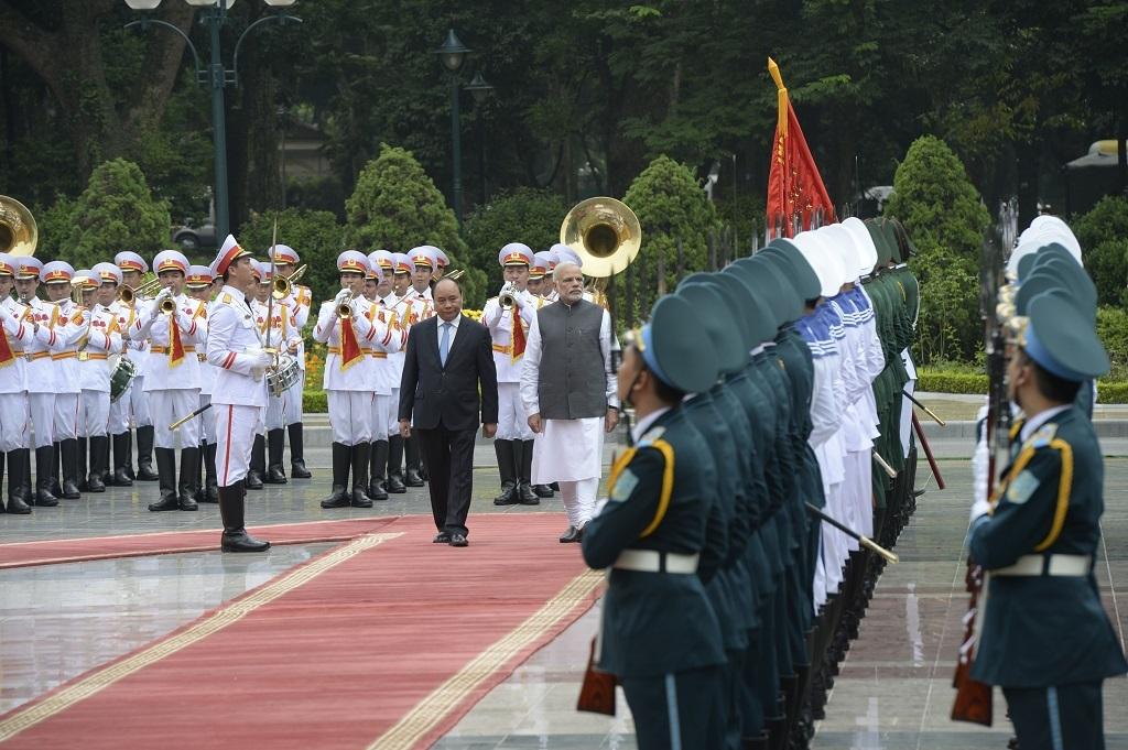 Hai Thủ tướng duyệt đội danh dự