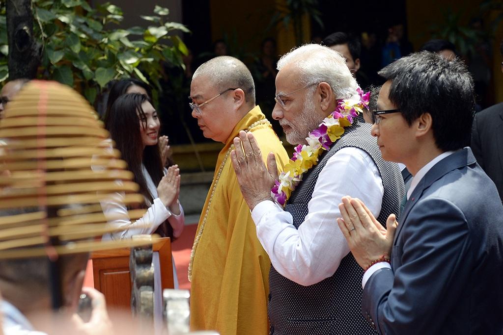 Thủ tướng Modi cùng Phó Thủ tướng Vũ Đức Đam dâng hương trước bàn thờ Phật