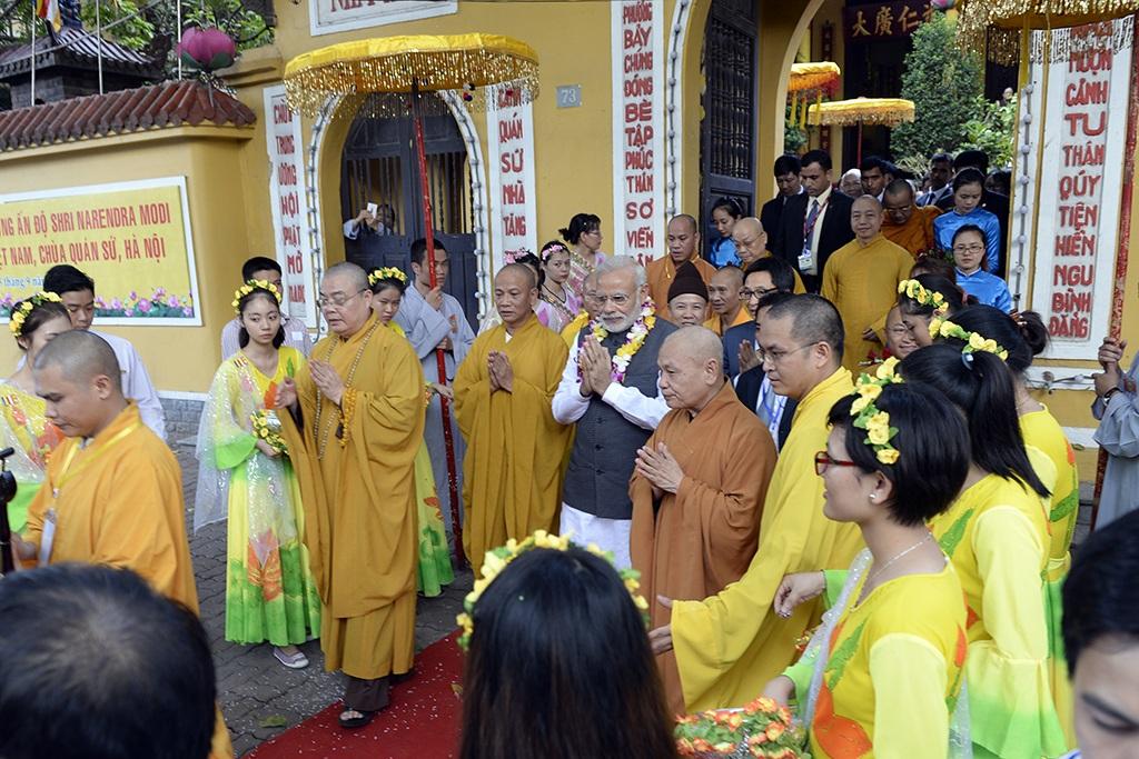 Thủ tướng Ấn Độ thành kính dâng hương tại chùa Quán Sứ - 2