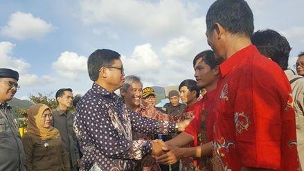 Đại sứ Việt Nam tại Indonesia Hoàng Anh Tuấn gặp gỡ và trò chuyện với các ngư dân trước khi được trao trả về nước (Ảnh: ĐSQ)