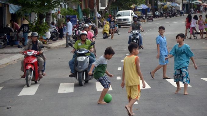Nghỉ hè, thiếu nơi vui chơi, tiềm ẩn khá nhiều nguy cơ mất an toàn đối với trẻ.