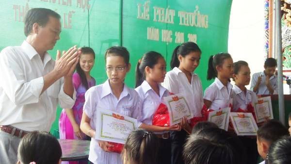 Trao học bổng khuyến học ở làng Phú Lễ