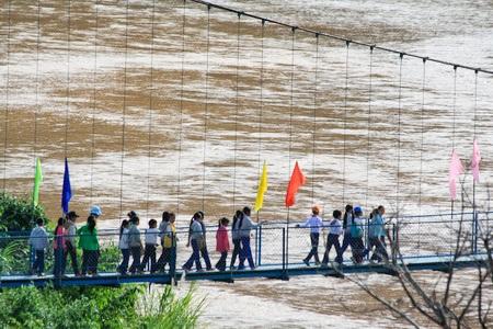 Cầu Khuyến học & Dân trí bắc qua sông Pô Kô (xã Đăk Ang, huyện Ngọc Hồi, tỉnh Kon Tum). Đây là 1 trong 11 cây cầu được báo Dân trí xây dựng từ nguồn đóng góp của các tổ chức và bạn đọc báo Dân trí.