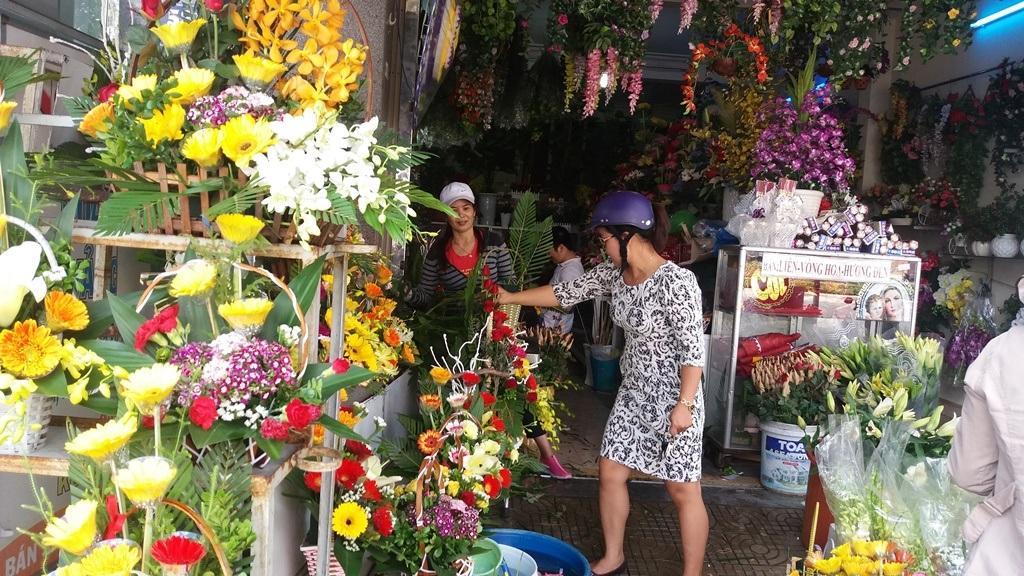 Khách hàng đang mua hoa tại shop hoa trên đường Điện Biên Phủ