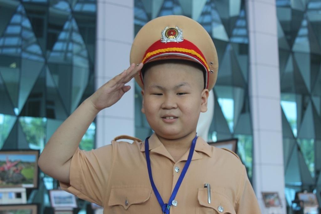 Cậu bé Dũng háo hức khi được làm chú cảnh sát giao thông