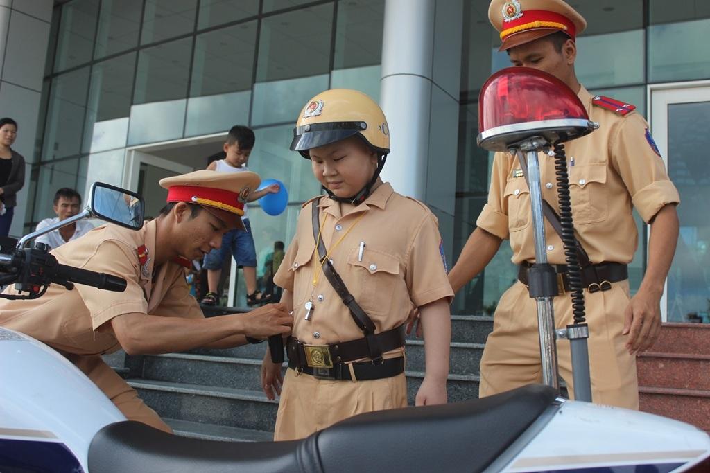 Các chú cảnh sát giao thông giúp Dũng mặc cảnh phục
