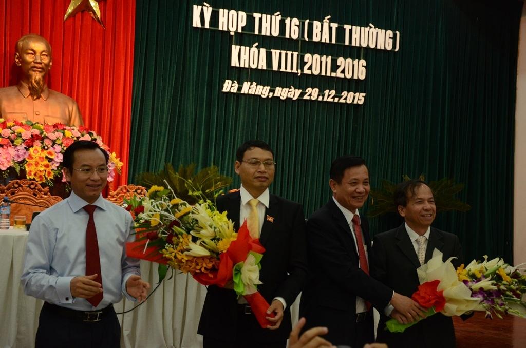 Bí thư Thành ủy Đà Nẵng Nguyễn Xuân Anh và Chủ tịch HĐND Trần Thọ tặng hoa cho ông Hồ Kỳ Minh và ông Võ Duy Khương
