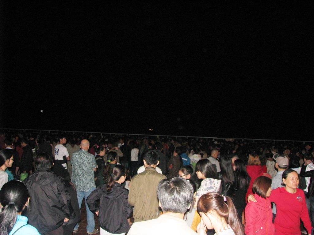 Rất đông người tập trung về Công viên Biển Đông để xem bắn pháo hoa chào mừng năm mới