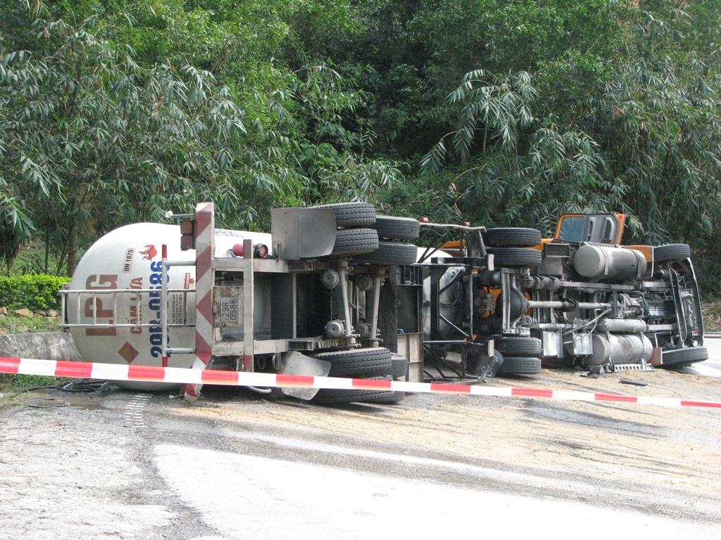 Chiếc xe kéo bồn ga bị lật giữa đường trên đèo Hải Vân
