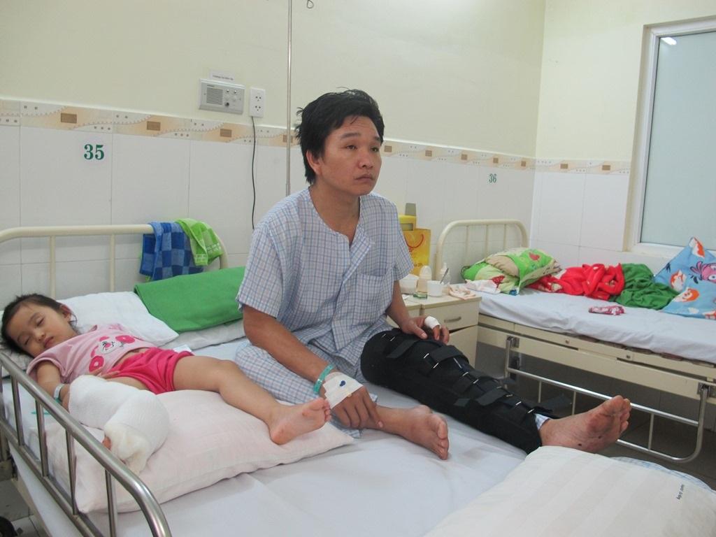 Hai bố con anh Hiền bị côn đồ chém đang điều trị tại bệnh viện