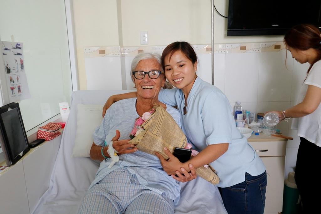 Chị Nguyễn Thị Thông thăm và tặng hoa chúc mừng bà Vidal N. chuẩn bị được xuất viện.