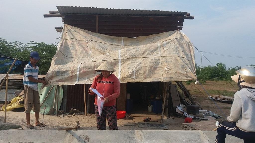 Sau khi đập nhà để bàn giao mặt bằng, gia đình bà Hường phải dựng lều ở tạm