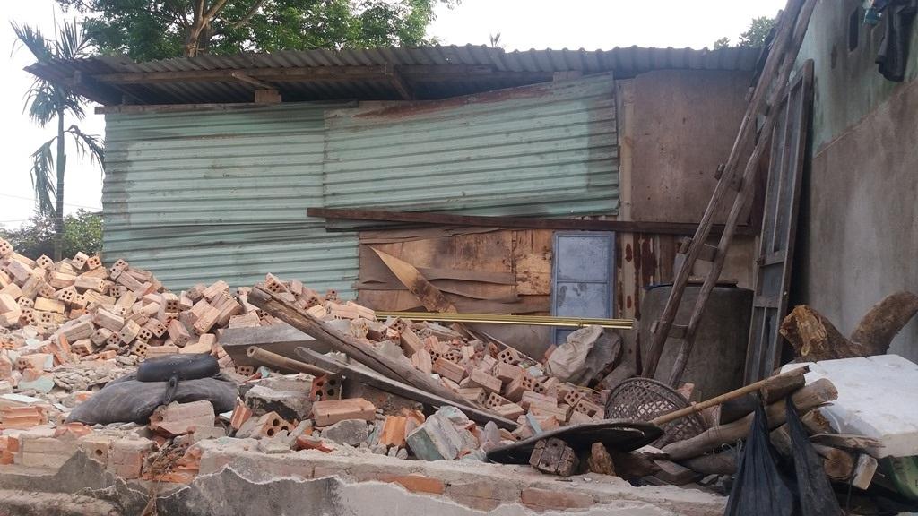 13 hộ khác cũng phải dựng lại lều trên đống đổ nát của ngôi nhà cũ để ở tạm