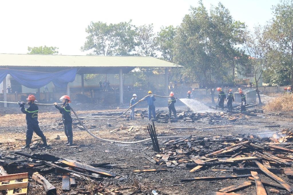 Xưởng gỗ bất ngờ bốc cháy giữa trưa