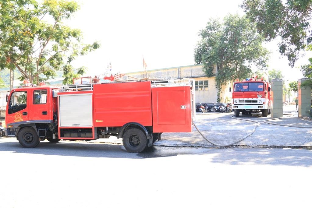 Lực lượng chữa cháy huy động 3 xe chữa cháy cùng hàng chục chiến sĩ để dập tắt đám cháy