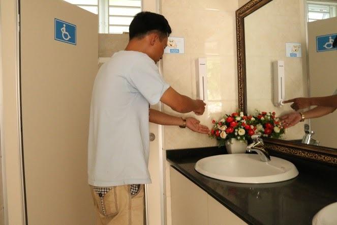 Hầu hết người dân và du khách đều cảm thấy hài lòng trước sự hiện đại, tiện nghi và sạch sẽ của khu nhà vệ sinh 5 sao này.