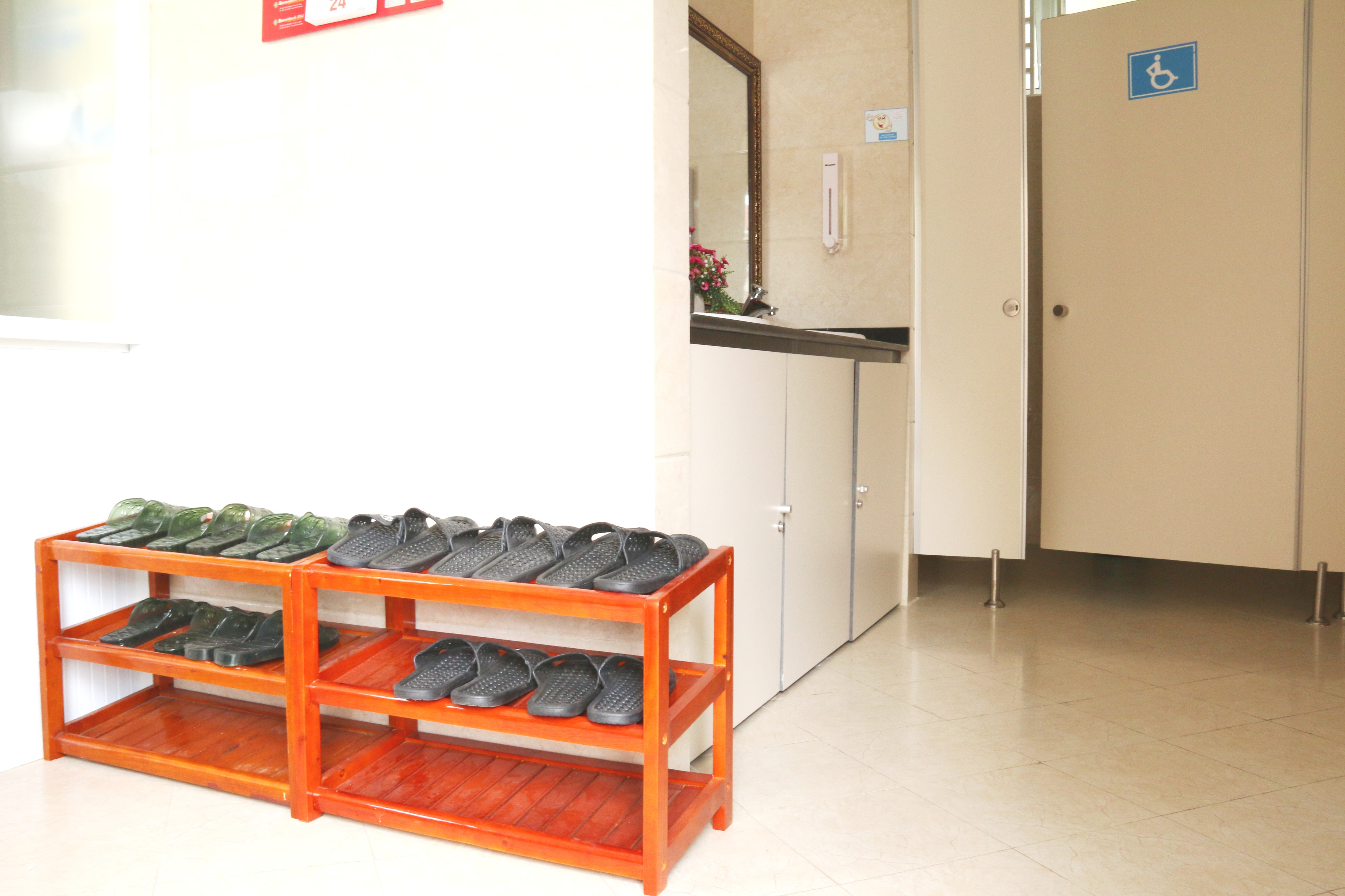 Khi vào sử dụng nhà vệ sinh, khách sẽ được nhân viên hướng dẫn thay dép nhựa có sẵn ngay tại cửa để giữ vệ sinh chung