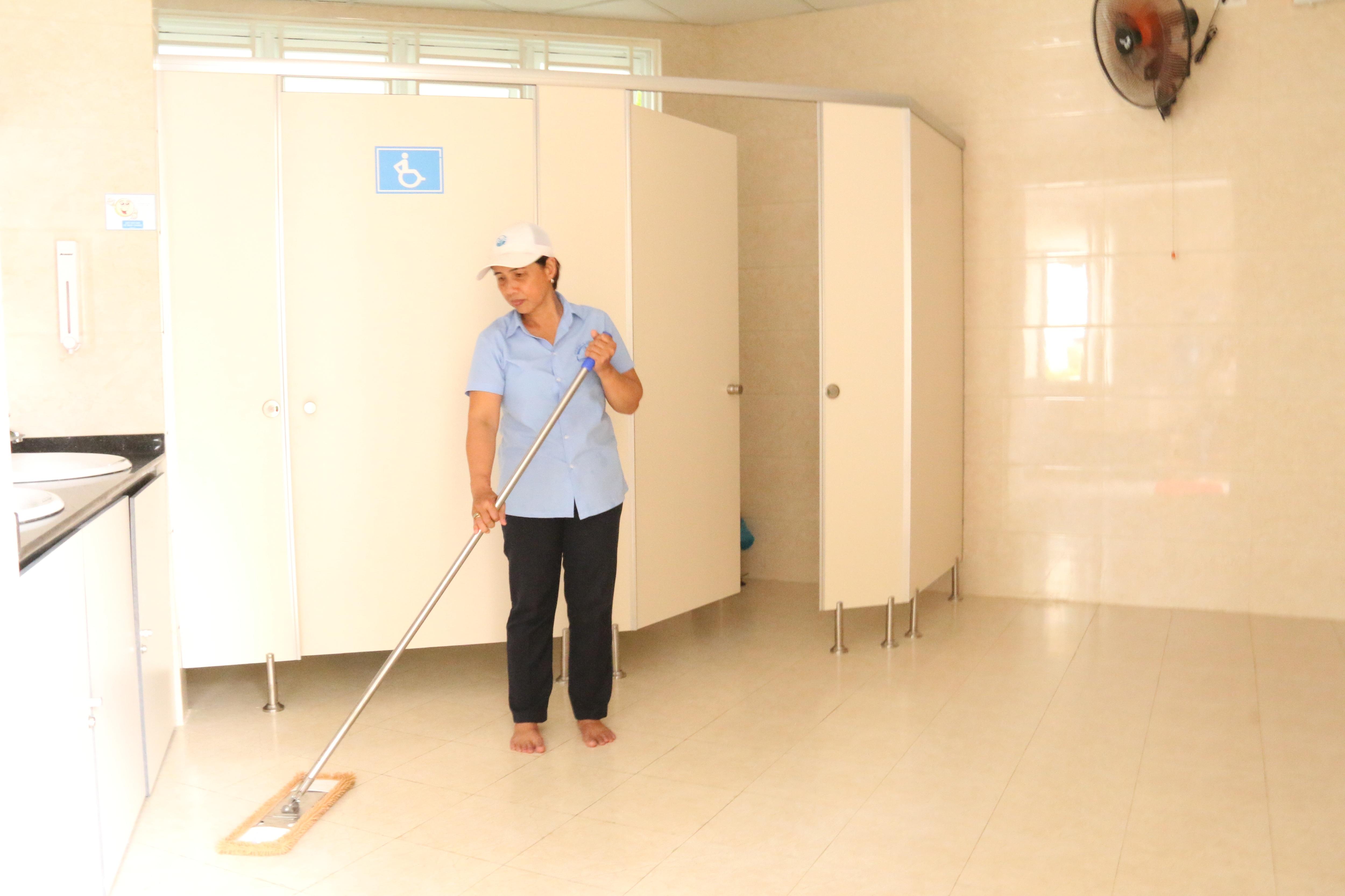 Khu nhà vệ sinh luôn có nhân viên túc trực từ 5 giờ sáng đến 22 giờ tối mỗi ngày và liên tục lau chùi, dọn dẹp để giữ nhà vệ sinh luôn sạch sẽ, thông thoáng.