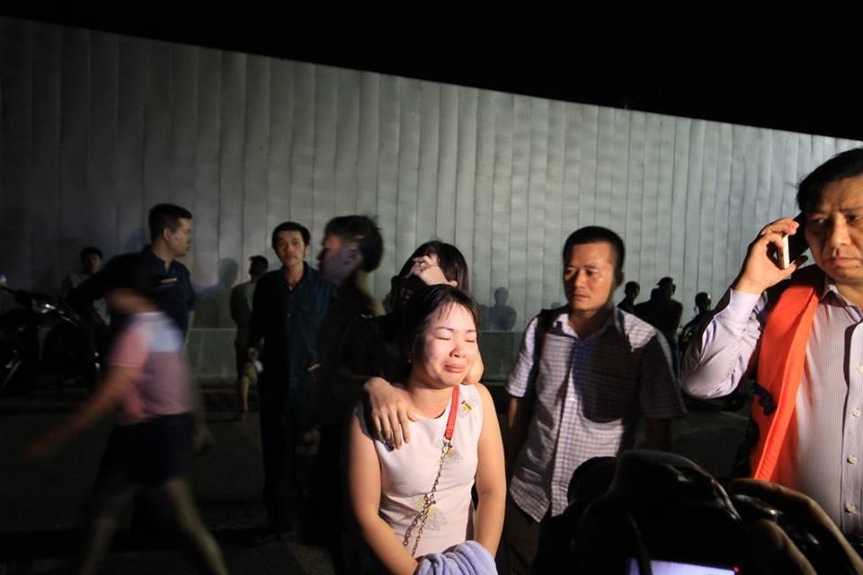 Chị Nguyễn Thị Huyền khóc lả đi bởi chưa tìm thấy hai cháu
