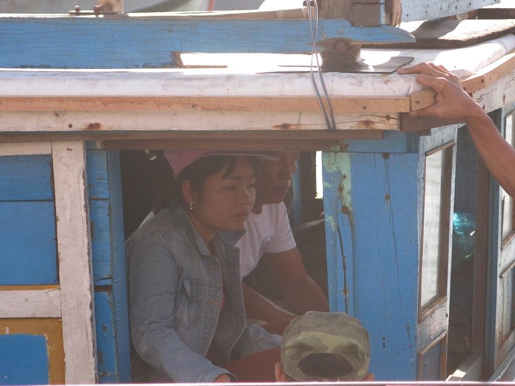 Người nhà lên tàu cùng ra khu vực tìm kiếm nạn nhân