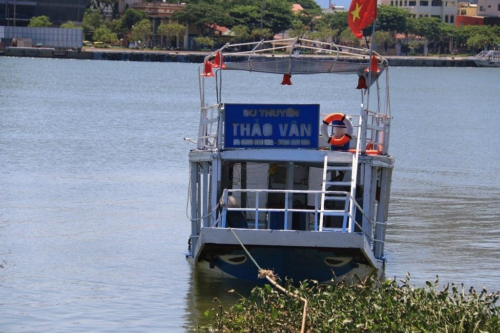 Con tàu đã được neo sát bờ để cơ quan chức năng tiến hành khám nghiệm chi tiết.