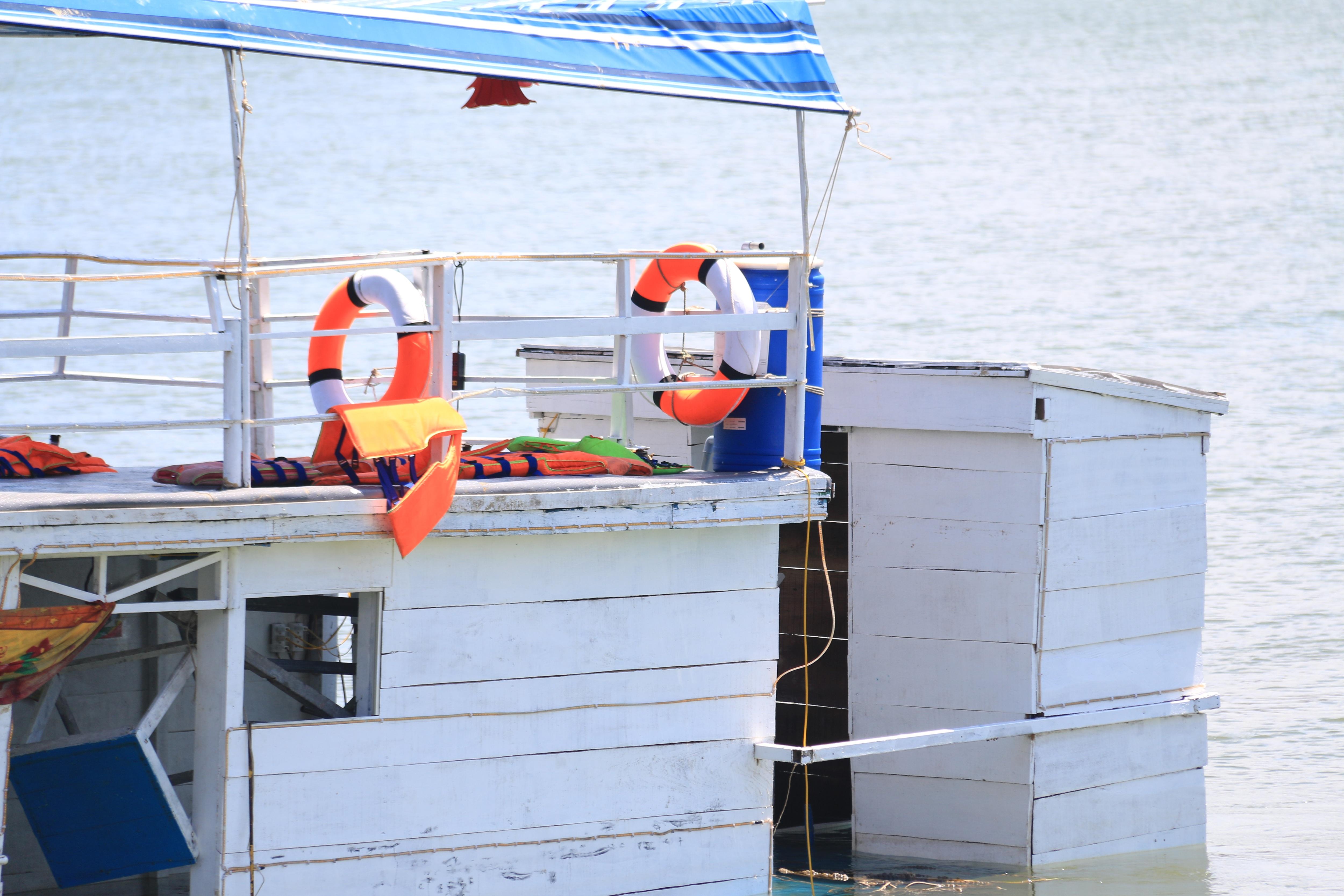 Nhiều nạn nhân được các tàu du lịch đang hoạt động gần đó cứu kịp thời