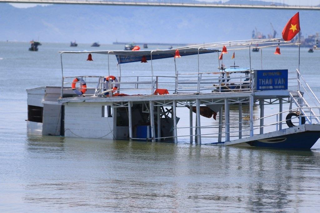 Tàu Thảo Vân 2 là tàu cá hoán cải, chưa được cấp phép vận tải hành khách. Tàu còn chở gấp đôi số người quy định.