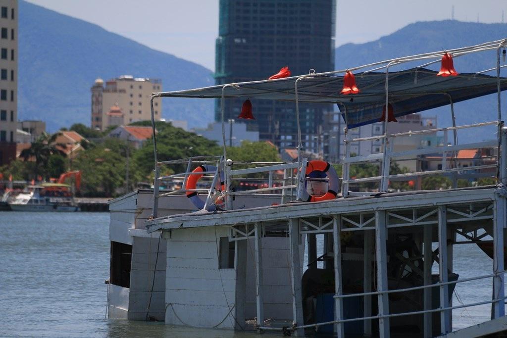 Tàu bị lật vào tối 4/6 hất 56 người rơi xuống sông Hàn.