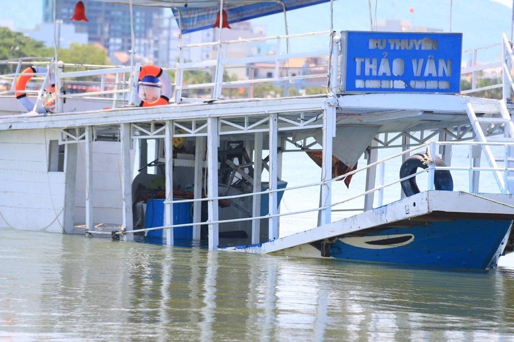 Con tàu này cũng đã từng bị chìm cách đây 2 năm. 10 du khách trên tàu lúc đó đã được cứu an toàn.