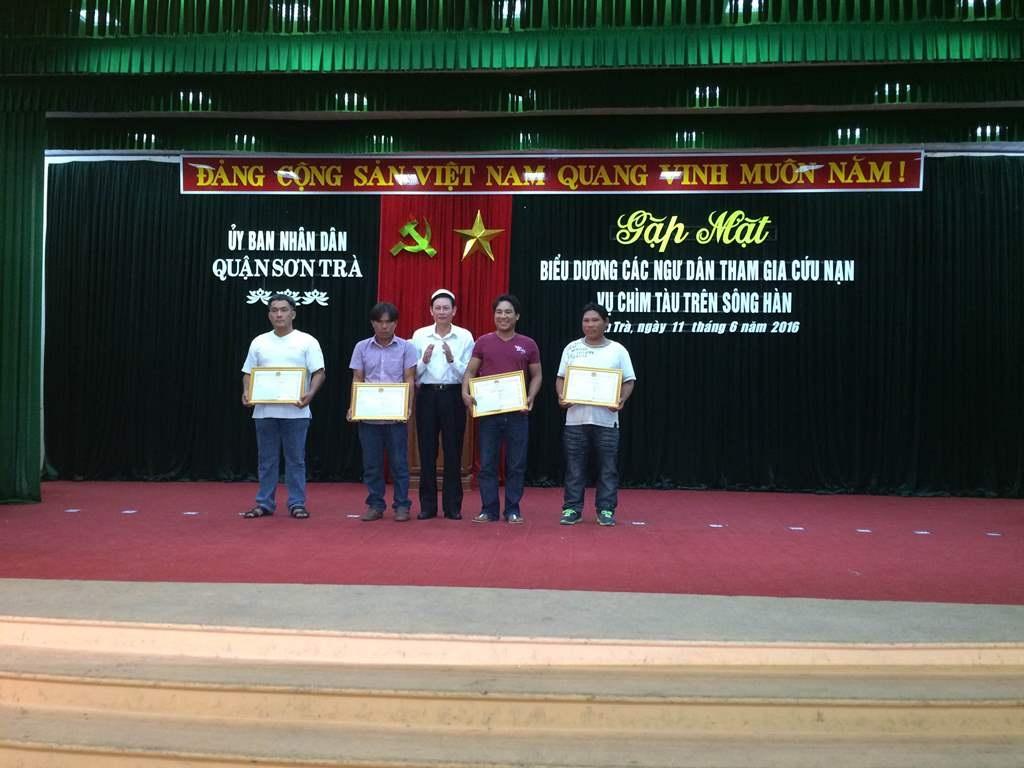 1 tập thể và 3 cá nhân được nhận bằng khen của Chủ tịch UBND TP Đà Nẵng vì đã tham gia tích cực trong việc tìm kiếm các nạn nhân trong vụ lật tàu trên sông Hàn, tối 4/6
