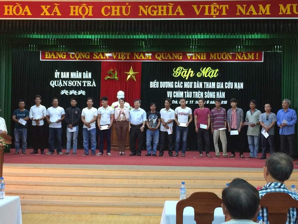 Ngoài ra, 139 ngư dân và thợ lặn cũng được UBND quận Sơn Trà khen thưởng