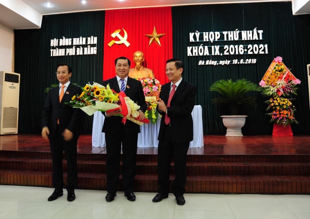 Ông Huỳnh Đức Thơ (giữa) tái đắc cử Chủ tịch UBND TP Đà Nẵng