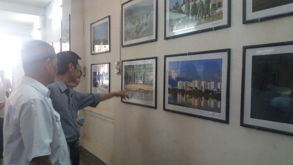 Mọi người tham quan triển lãm