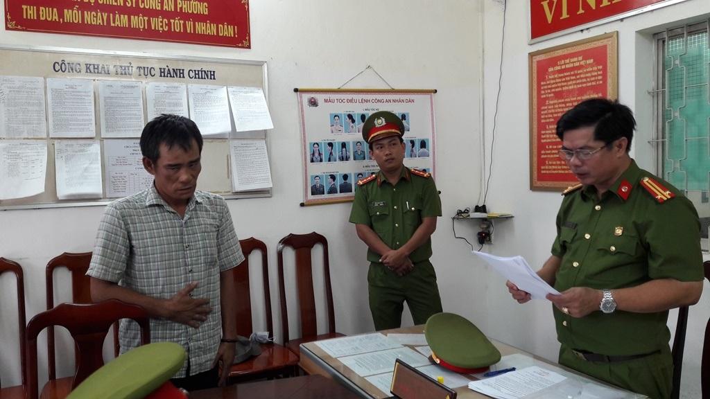 Cơ quan công an tống đạt quyết định khởi tố bị can và bắt tạm giam đối với Võ Quốc Hùng