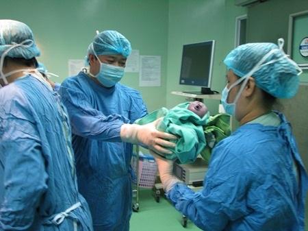 Sau sự kiện 3 bé đầu tiên chào đời bằng phương pháp thụ tinh trong ống nghiệm vào ngày 25/12/2014, đến nay, bệnh viện đã đón em bé thứ 120 ra đời bằng phương pháp này