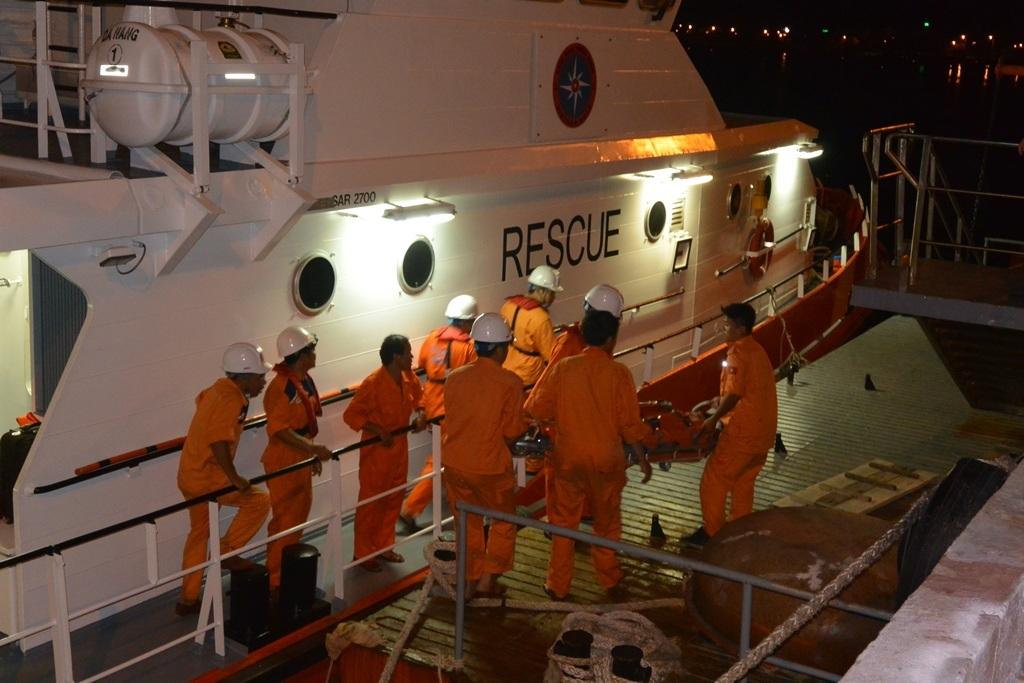 Lực lượng chức năng chuyển thuyền viên tàu ROYAL 88 qua tàu SAR 274