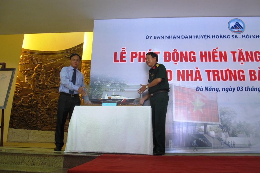 Tổng Công ty Sông Thu tặng Nhà trưng bày mô hình tàu cảnh sát biển ĐN 2000
