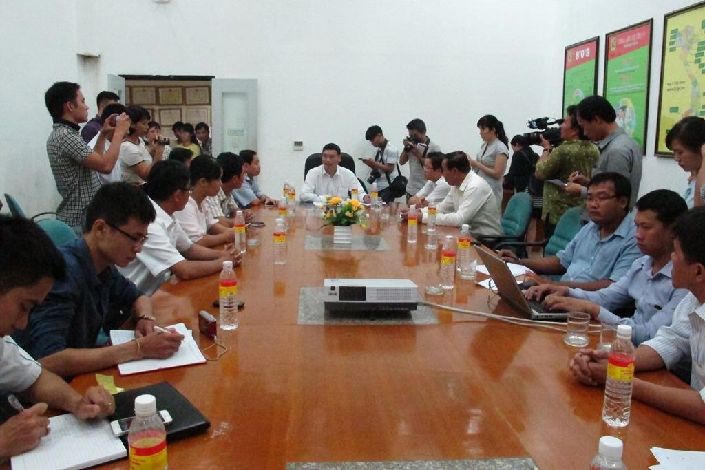 Phó Chủ tịch UBND TP Đà Nẵng Hồ Kỳ Minh và các sở, ngành liên quan có mặt tại Big C để giải quyết vụ việc