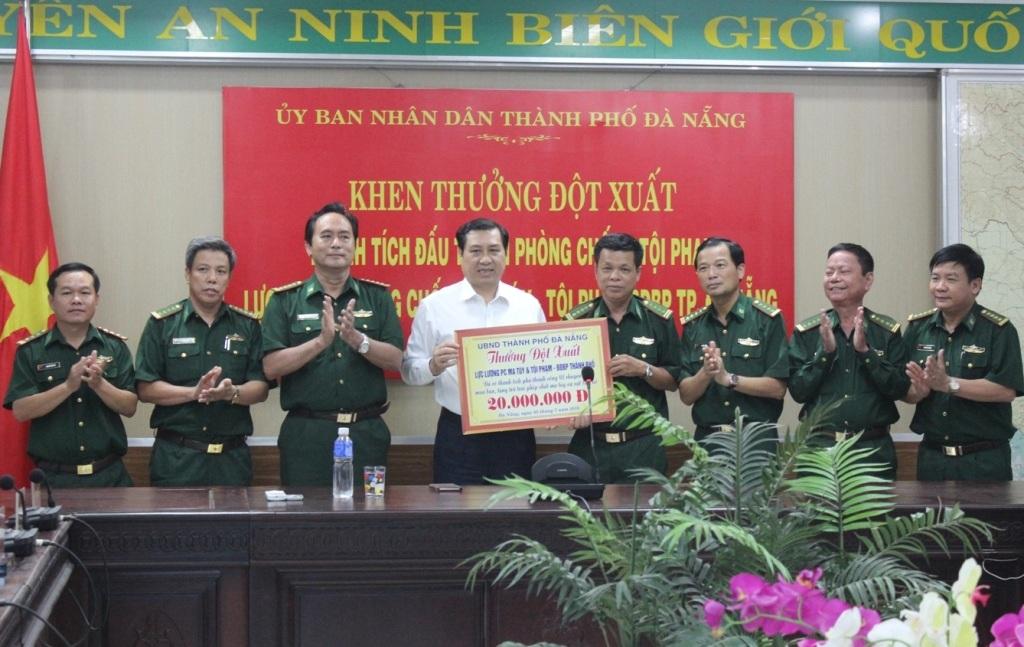 Chủ tịch UBND TP Đà Nẵng Huỳnh Đức Thơ trao thưởng cho Bộ đội biên phòng Đà Nẵng