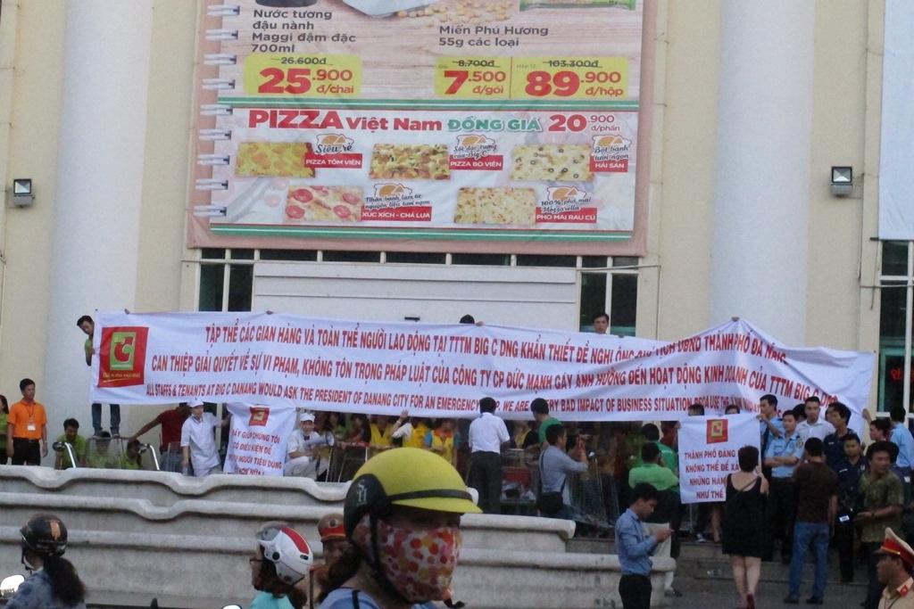 Nhân viên Big C căng băng rôn cầu cứu Chủ tịch UBND TP Đà Nẵng khi bị Công ty Đức Mạnh bị lối đi