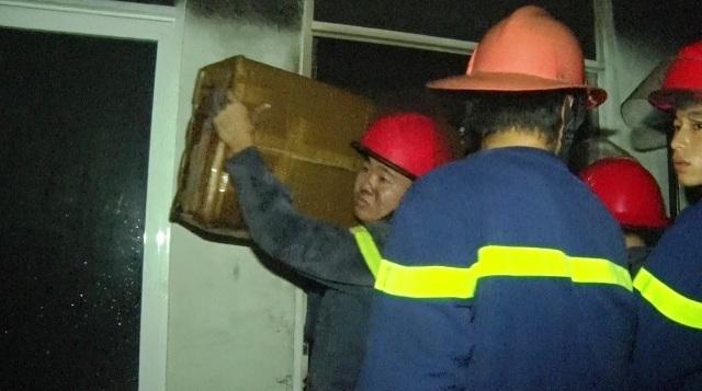 Lực lượng chữa cháy đưa các vật dụng ra ngoài