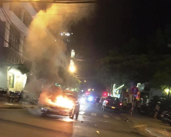 Chiếc xe 4 chỗ bốc cháy dữ dội (ảnh PCCC Đà Nẵng)